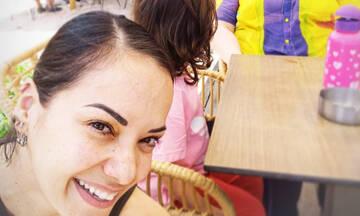Τρεις γενιές μαζί: Η Κατερίνα Τσάβαλου ποζάρει με τη μητέρα και την κόρη της