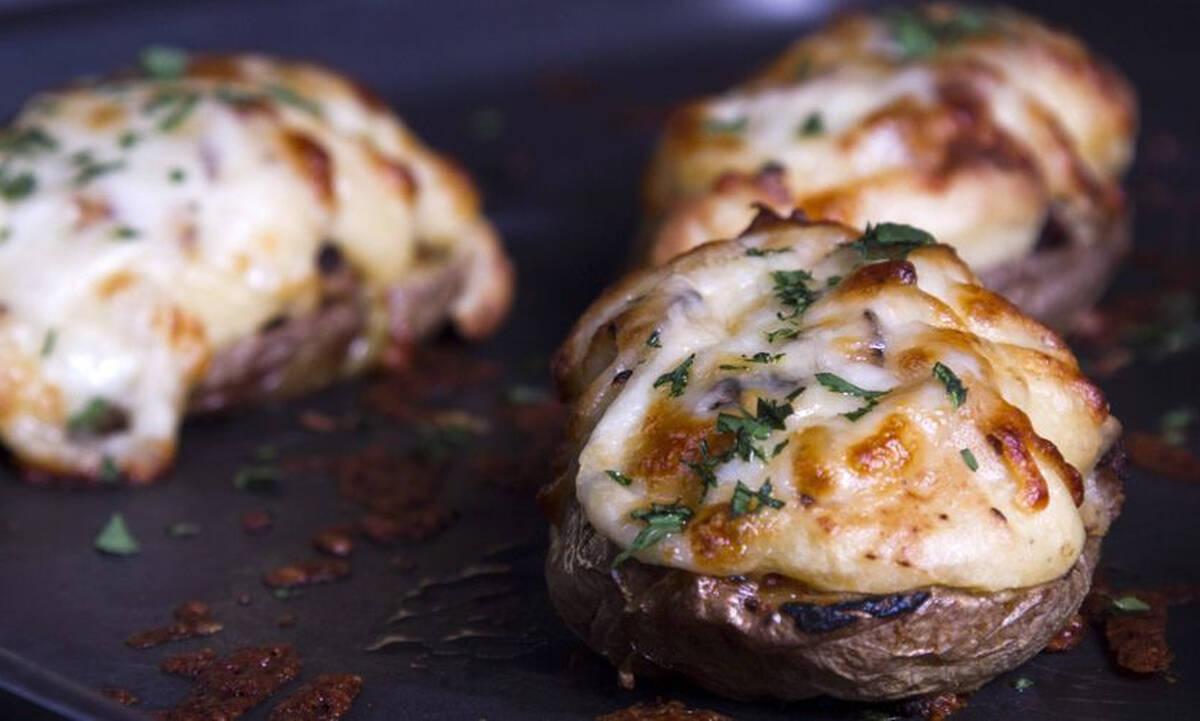 Λαχταριστές γεμιστές πατάτες με λουκάνικο - Δοκιμάστε τις