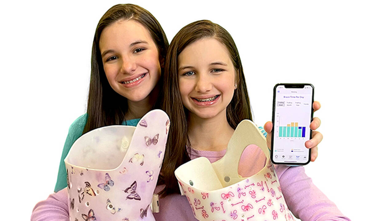Δίδυμες αδελφές ανέπτυξαν εφαρμογή για να βοηθήσουν άτομα με σκολίωση