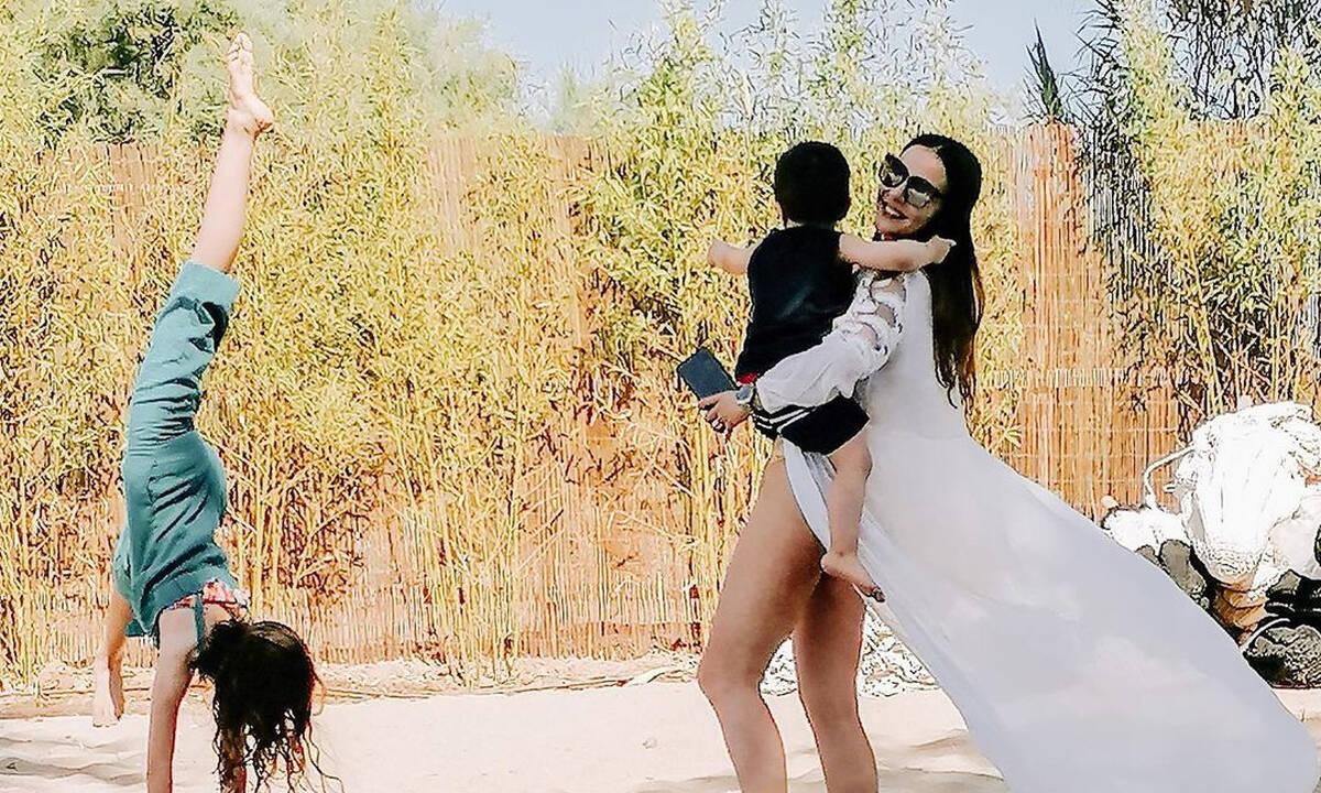 Αγγελική Δαλιάνη: Με τα παιδιά της στην πισίνα - Απίστευτη η ομοιότητα με την κόρη της