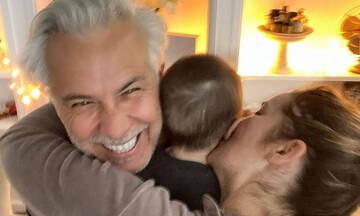 Χάρης Χριστόπουλος: Ποζάρει στον φωτογραφικό φακό αγκαλιά με τον γιο του