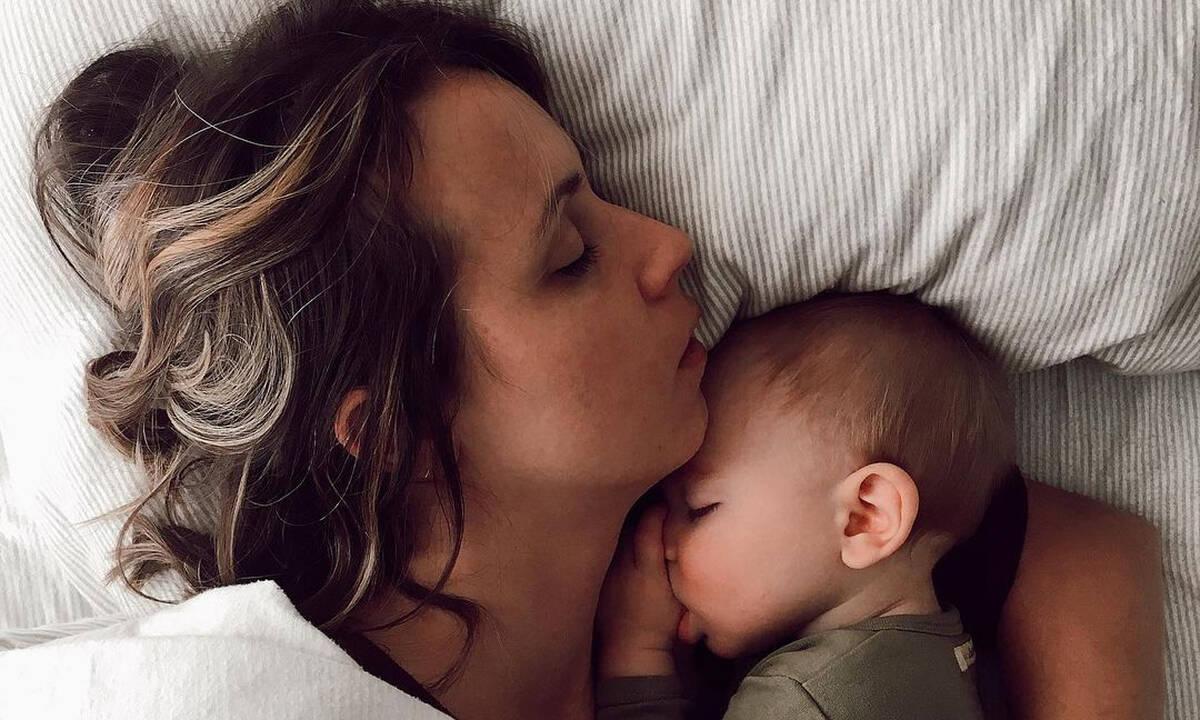 Μαμά κοιμάται με το μωρό της και το διαδίκτυο διχάζεται ξανά