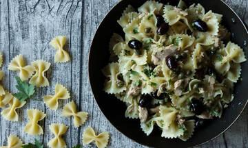 Καλοκαιρινή συνταγή: Φαρφάλες με τόνο, ελιές και κάππαρη
