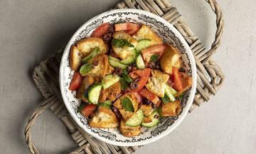 Panzanella: Η καλοκαιρινή σαλάτα με την ντομάτα και το ψωμί