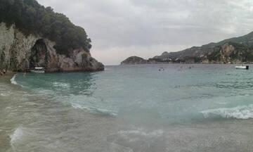 Κέρκυρα: Η παραλία της Ροβινιάς, η υδάτινη «γωνιά του παραδείσου» στο νησί των Φαιάκων