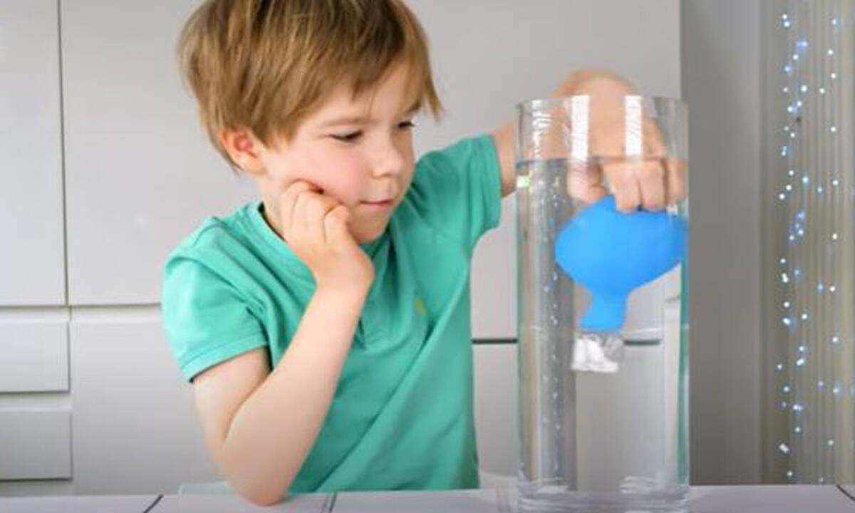 Πειράματα για παιδιά: Δοκιμάστε κι εσείς το πείραμα με το νερό & το μπαλόνι