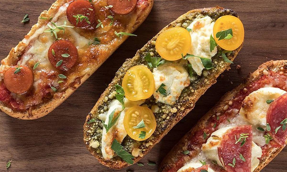 Συνταγές για παιδιά: Ατομικά πιτσάκια με φέτες ψωμιού
