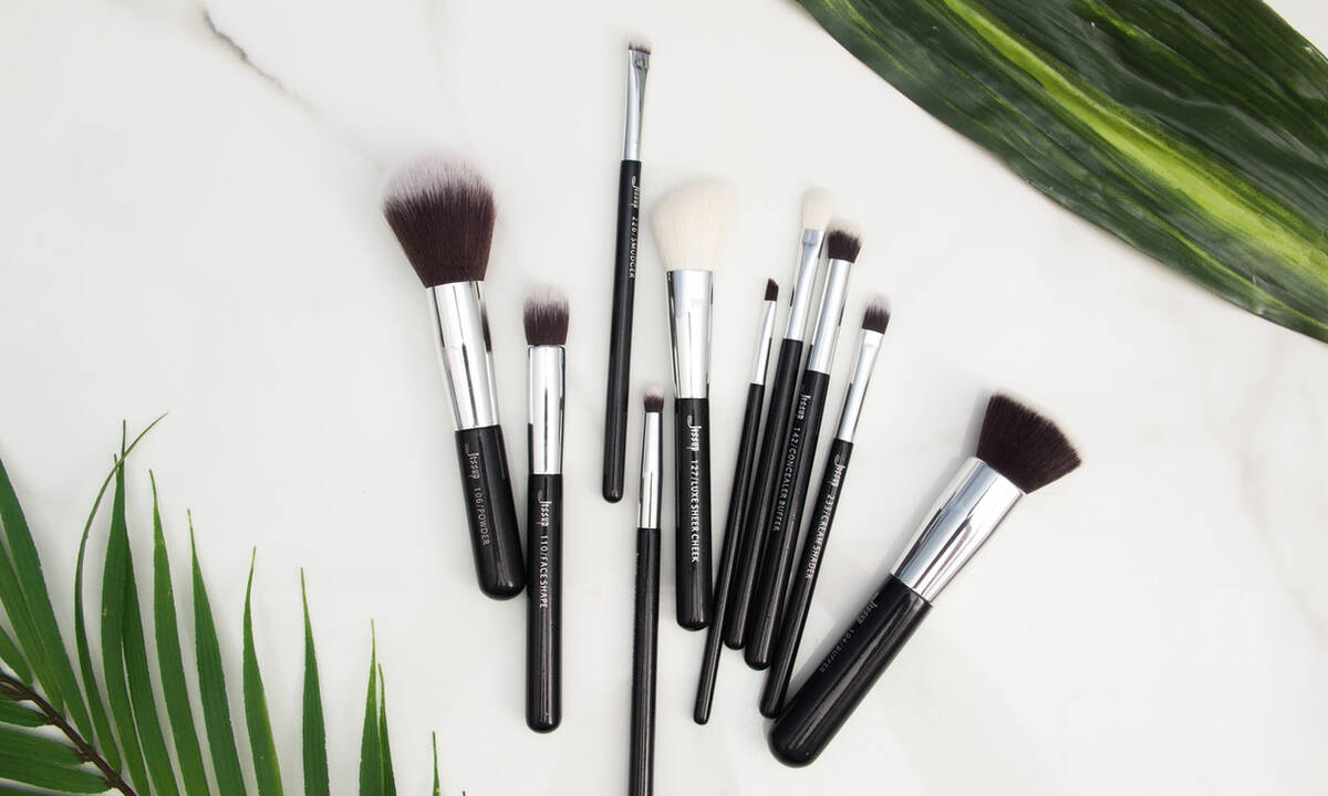 Tips για μαμάδες: Καθαρίστε τα πινέλα του μακιγιάζ σε πέντε βήματα