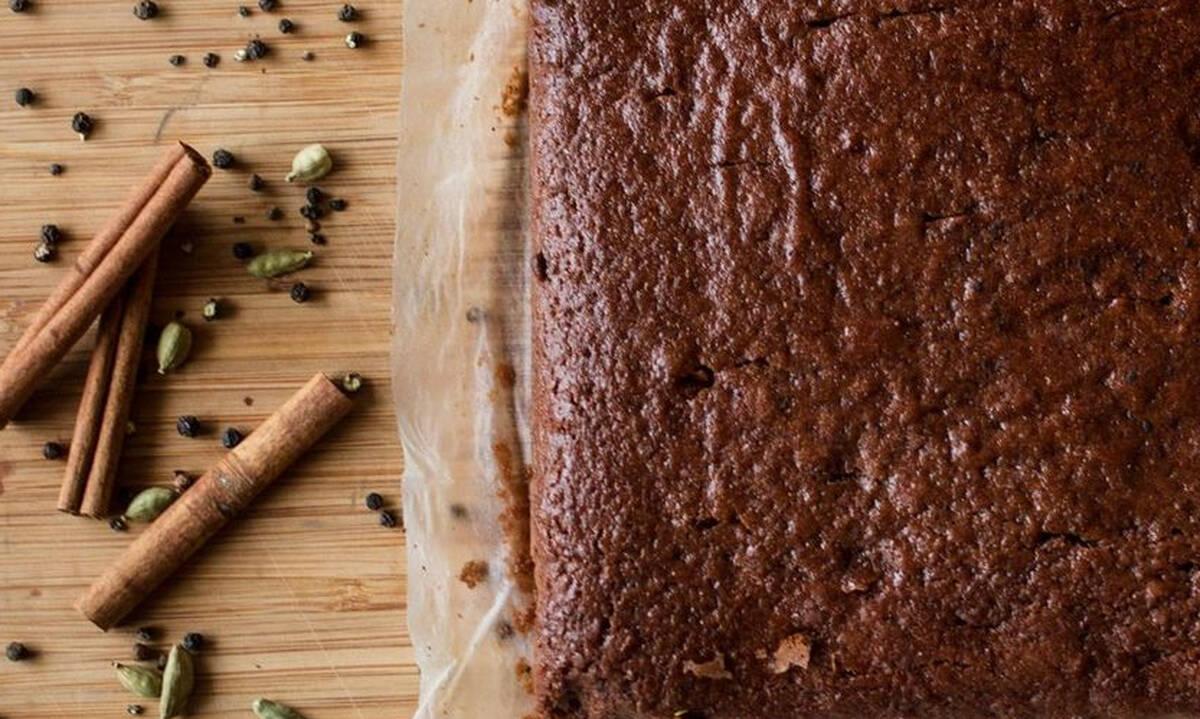 Αφράτο κέικ με σιρόπι και μπαχαρικά από τον Άκη Πετρετζίκη