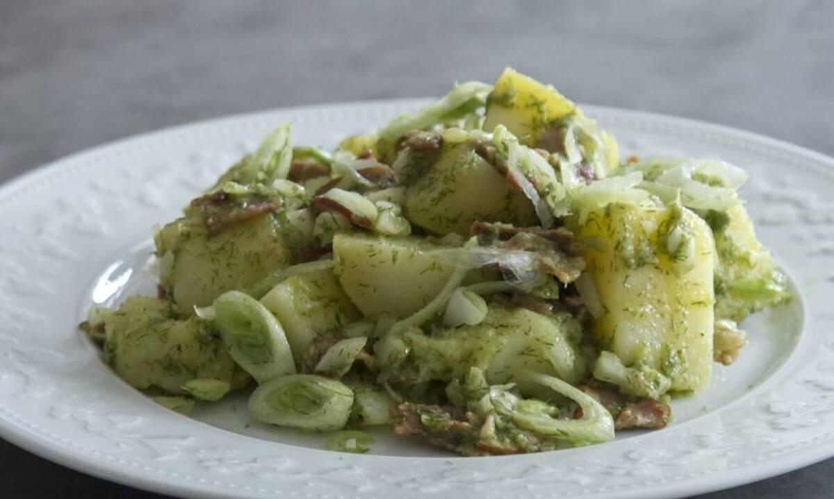 Πράσινη πατατοσαλάτα με κρεμμύδια, μυρωδικά και μπέικον