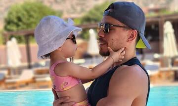 «Αγάπη άνευ όρων»: Η τρυφερή φωτογραφία του Λευτέρη Πετρούνια με την κόρη του