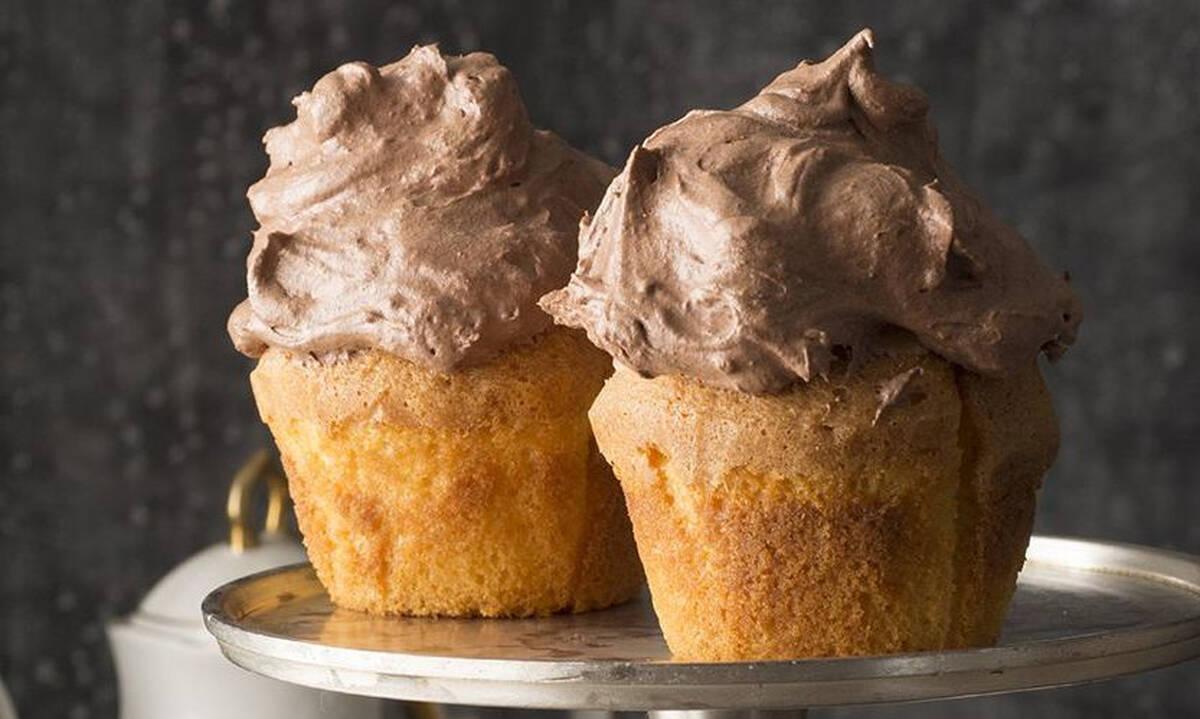 Φτιάξτε λαχταριστά muffins με επικάλυψη μους σοκολάτας πραλίνας