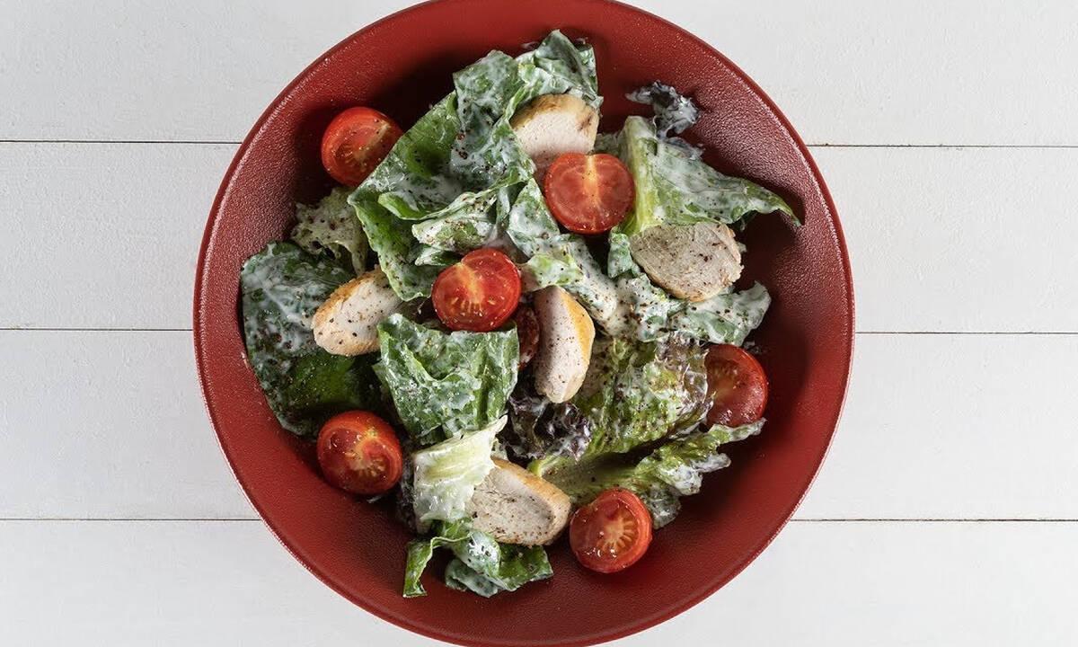 Σαλάτα με κοτόπουλο και σος γιαουρτιού - Χορταστική και με λίγες θερμίδες
