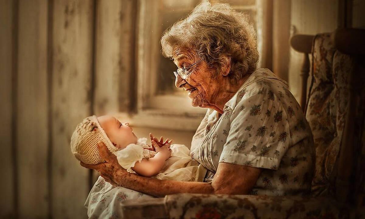 Αυτές οι φώτο γιαγιάδων & παππούδων με τα εγγόνια τους είναι πολύ ιδιαίτερες