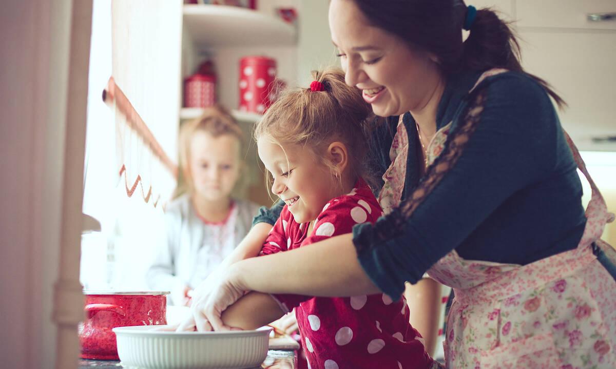 Μαγειρεύουμε παίζοντας: Μπισκότα με φιστικοβούτυρο και σοκολάτα (βίντεο)