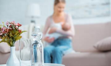 Γνωρίζατε ότι το πολύ νερό μπορεί να μειώσει τη ροή γάλακτος στον θηλασμό;