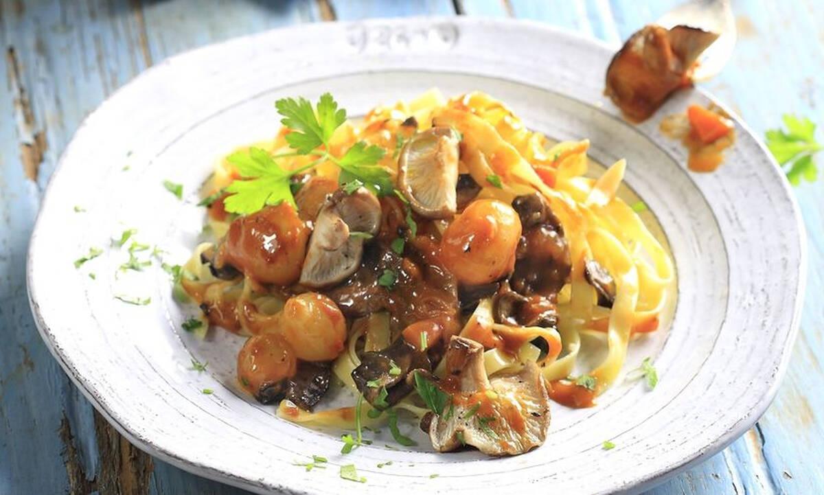 Μανιτάρια κοκκινιστά με ζυμαρικά - Εύκολο φαγητό έτοιμο σε 20 λεπτά