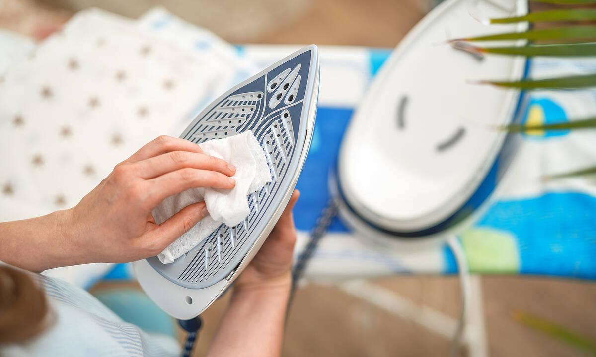Tips για μαμάδες: Μαύρισε η πλάκα του σίδερου; Δοκιμάστε αυτό το κόλπο