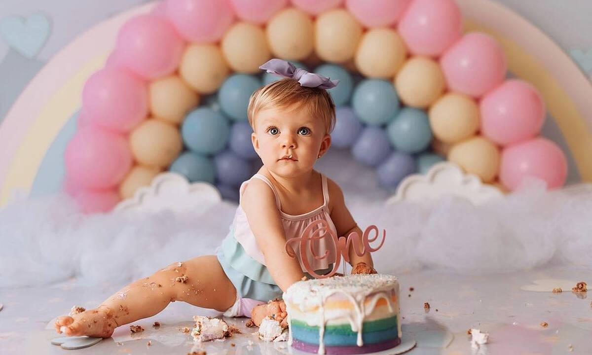 Μωράκια τρώνε την πρώτη τους τούρτα και φωτογραφίζονται (εικόνες)