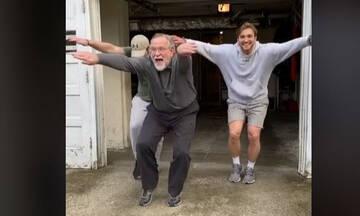 Μπαμπάς και γιοι έγιναν viral στο TikTok με έναν τους χορό (βίντεο)