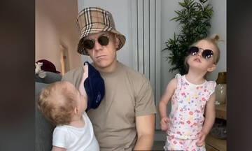Μπαμπάς περιγράφει τη ζωή με δύο παιδιά με τα πιο απολαυστικά TikTok βίντεο
