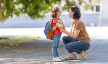 Πρώτη μέρα στο σχολείο: 7 ενθαρρυντικές φράσεις για να πείτε στο παιδί σας