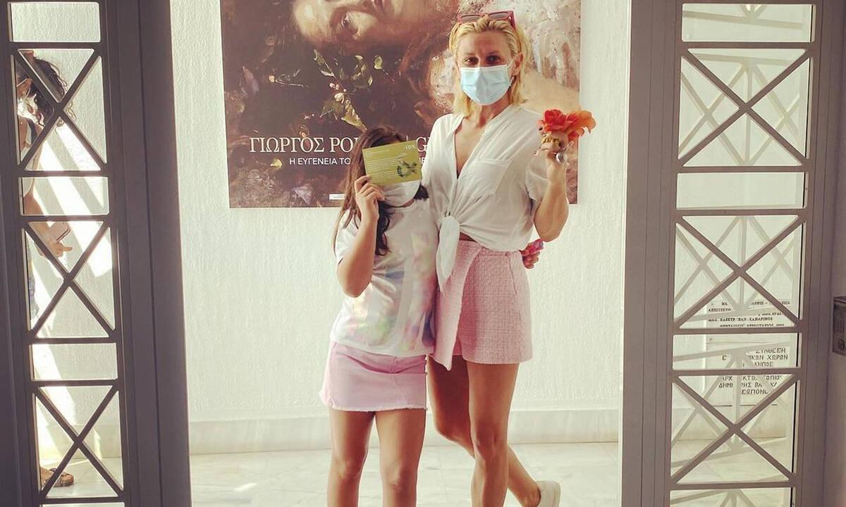 Κατερίνα Καραβάτου: Κόλλησαν ψείρες με την κόρη της - Η ακομπλεξάριστη ανάρτησή της
