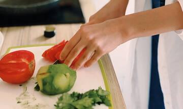 Tips για μαμάδες: Πέντε φρούτα και λαχανικά που καθαρίζετε με λάθος τρόπο