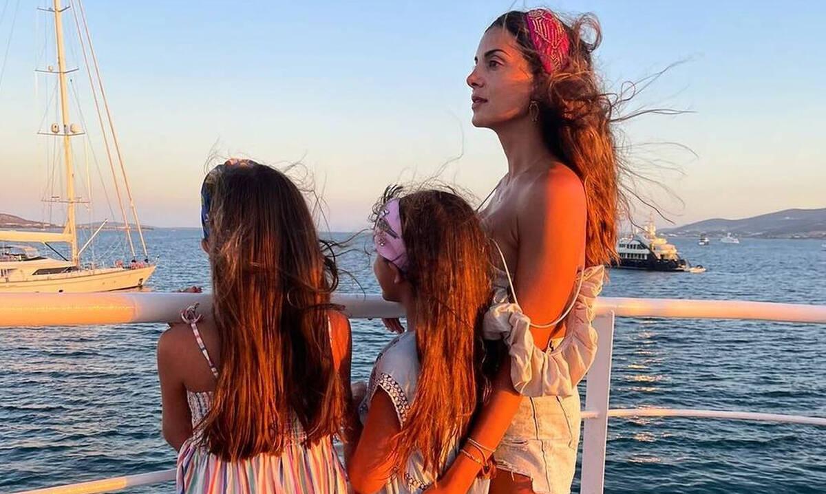 Σταματίνα Τσιμτσιλή: Η φώτο με τα τρία παιδιά της μετά το σχολείο