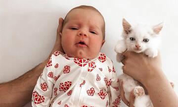 Μαμά γέννησε την ίδια μέρα με τη γάτα της και δημοσίευσε απίθανες φωτογραφίες