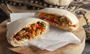 Πίτα bread γεμιστό με κοτόπουλο, γιαούρτι και λαχανικά από τον Άκη Πετρετζίκη