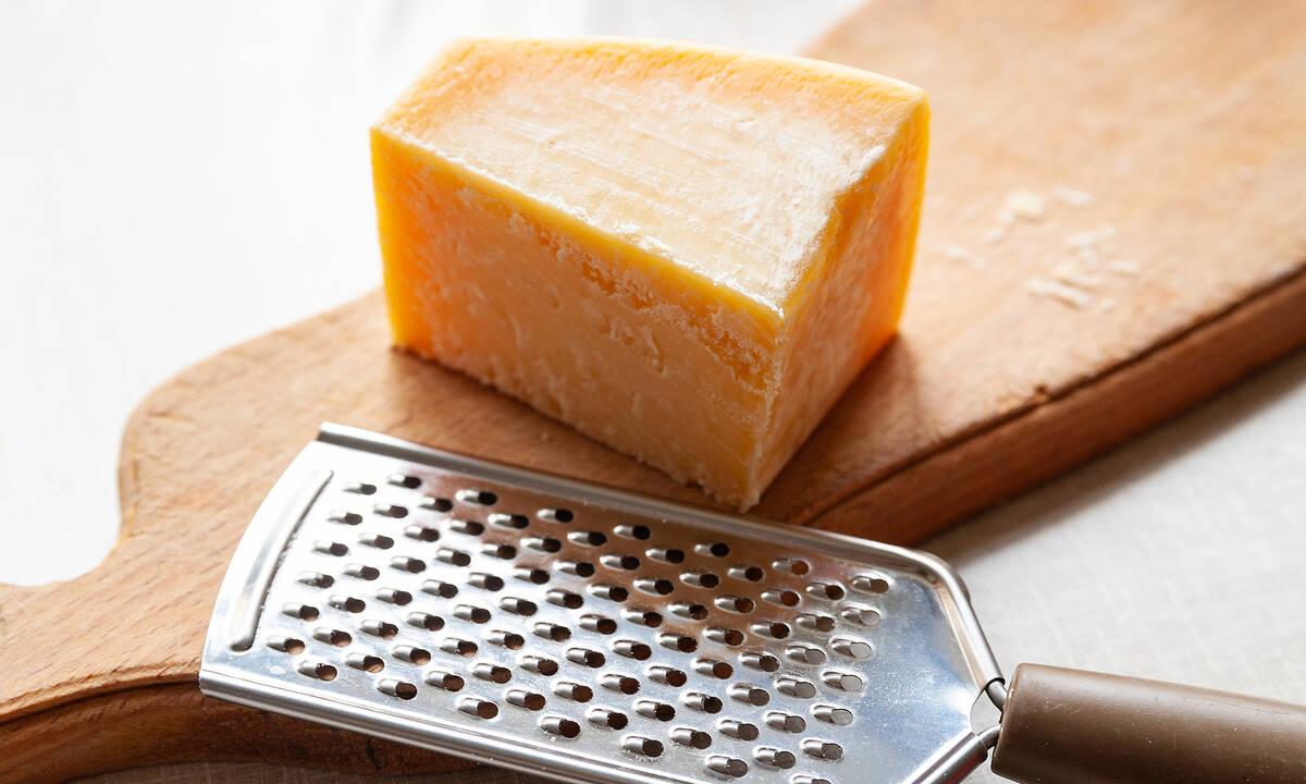 Tips για μαμάδες: Το κόλπο για να καθαρίσετε τον τρίφτη τυριού στο λεπτό