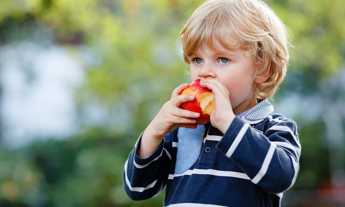 Πρέπει το παιδί να τρώει το μήλο με τη φλούδα ή όχι;
