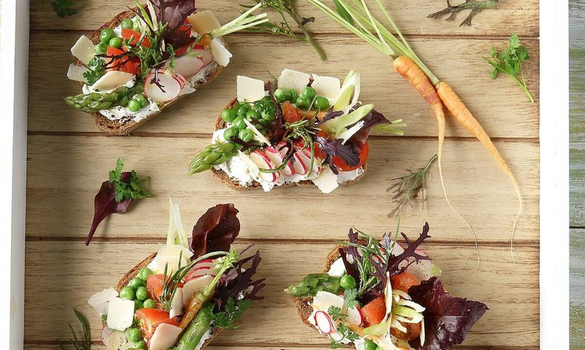 Μπρουσκέτες με λαχανικά και τυρί κρέμα για ορεκτικό ή σνακ