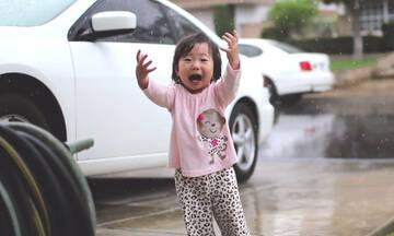 Κοριτσάκι βλέπει βροχή για πρώτη φορά - Οι αντιδράσεις της μοναδικές