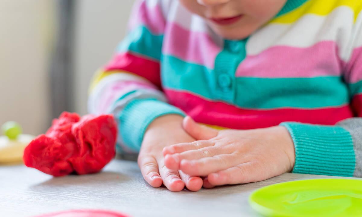 Αισθητηριακά παιχνίδια με πλαστελίνη για νήπια (βίντεο)