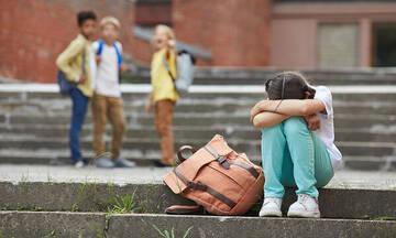Πώς να βοηθήσετε το παιδί σας όταν το κοροϊδεύουν στο σχολείο