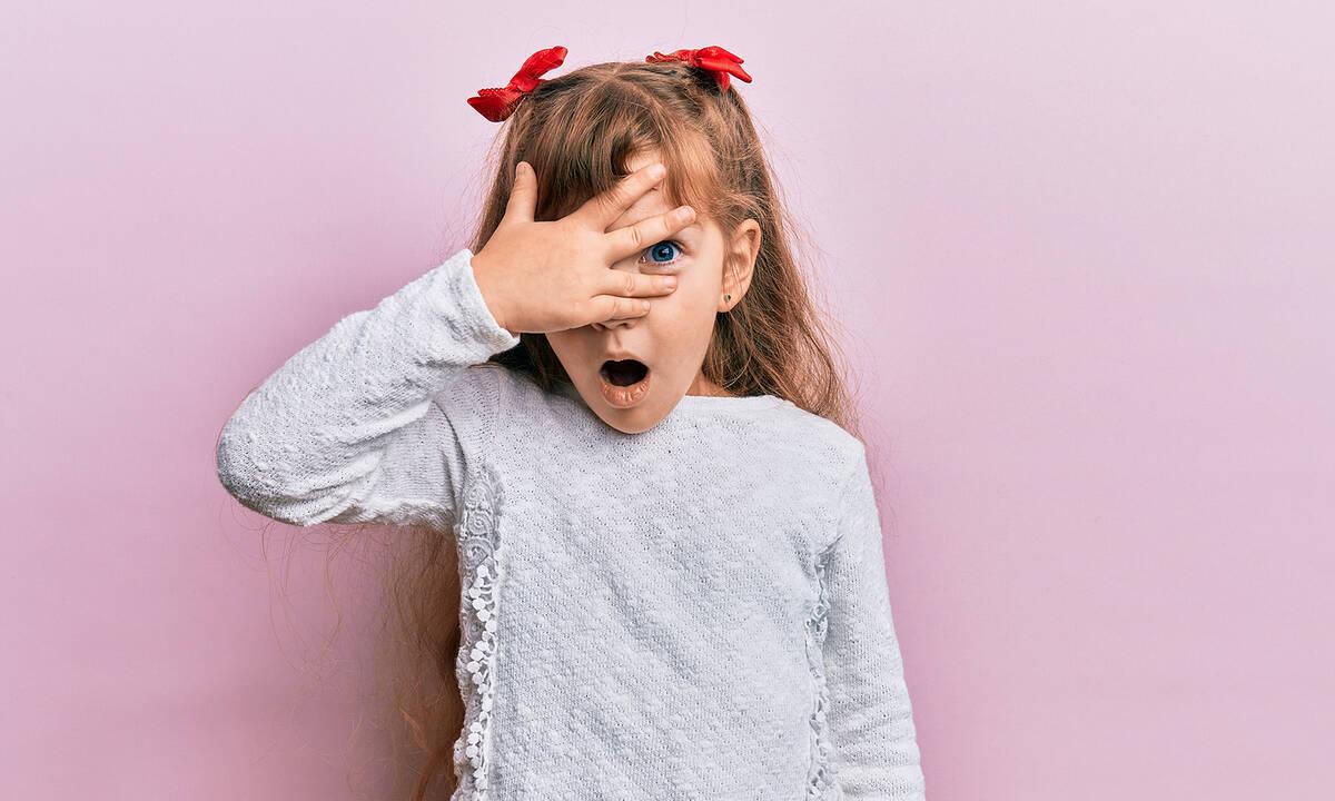 Ντροπαλό παιδί στο σχολείο: Απλά tips για να τονώσετε την αυτοπεποίθησή του