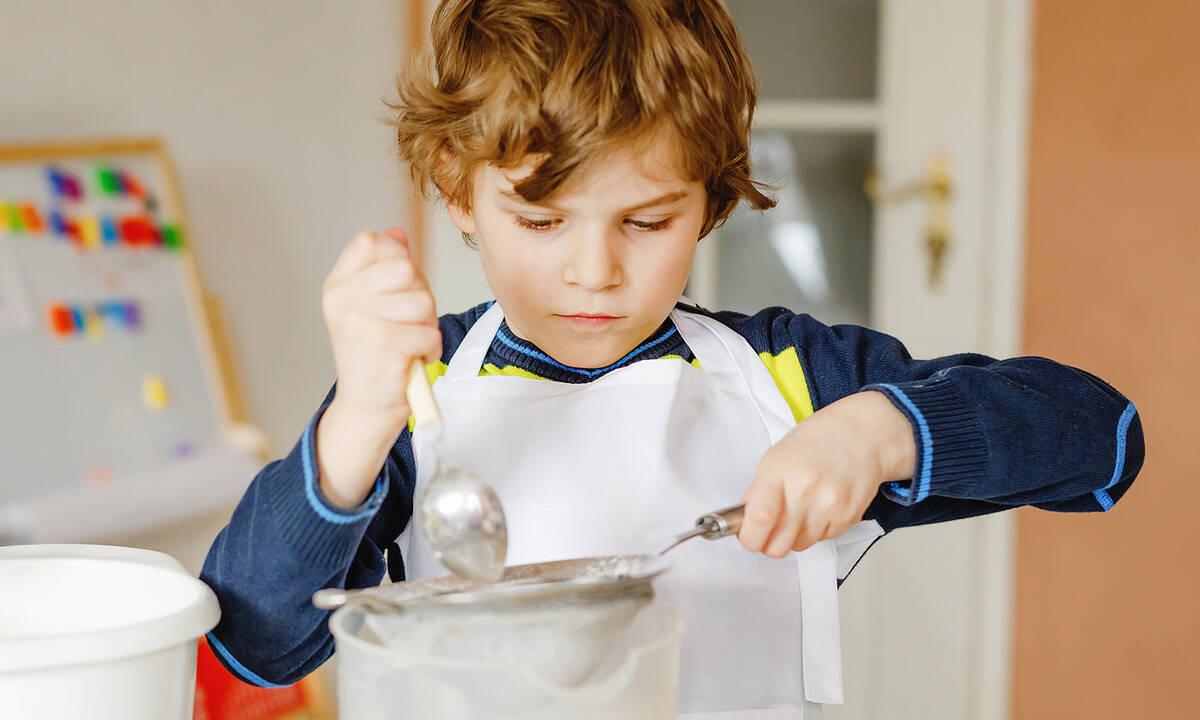 Δραστηριότητες για παιδιά: Εύκολο πείραμα με corn flour και νερό