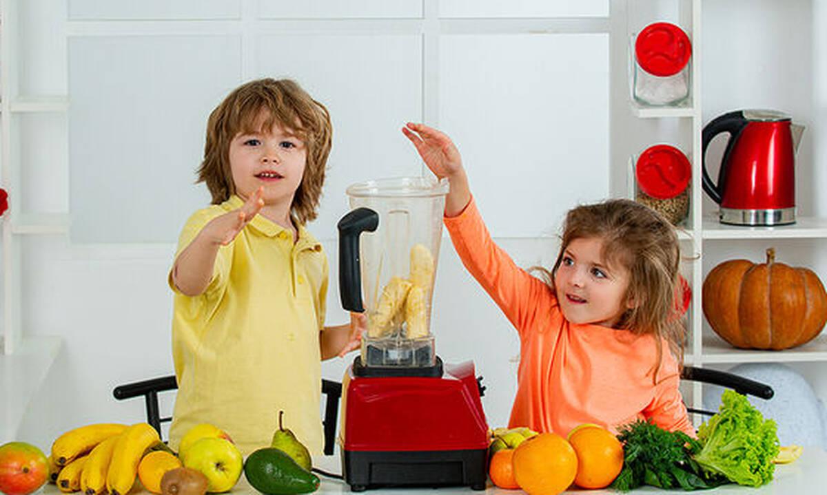 Τέσσερα smoothies για παιδιά με φρούτα και λαχανικά εποχής
