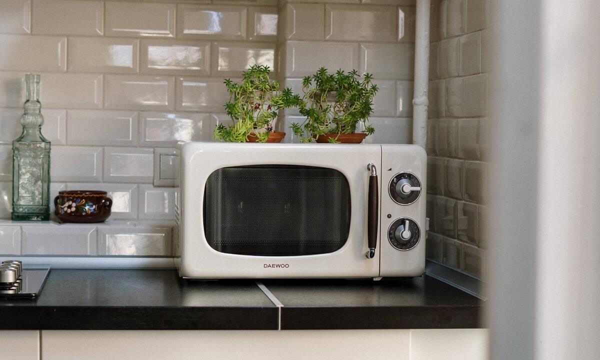 Tips για μαμάδες: Έτσι θα καθαρίσετε τον φούρνο μικροκυμάτων σε 3 λεπτά