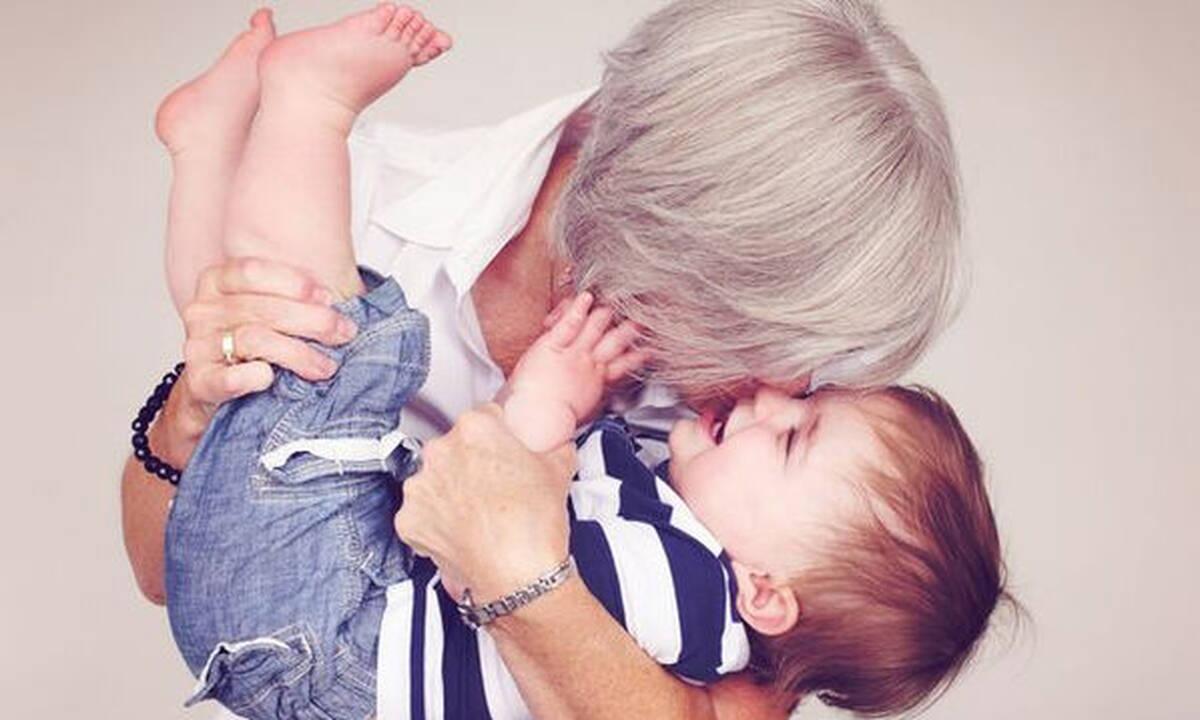 H μητέρα μου είναι καλύτερη γιαγιά απ΄ ότι μάνα και χαίρομαι γι' αυτό