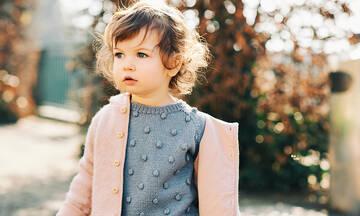 Το κόλπο για να βάλει ένα μωρό μόνο του το μπουφάν (βίντεο)