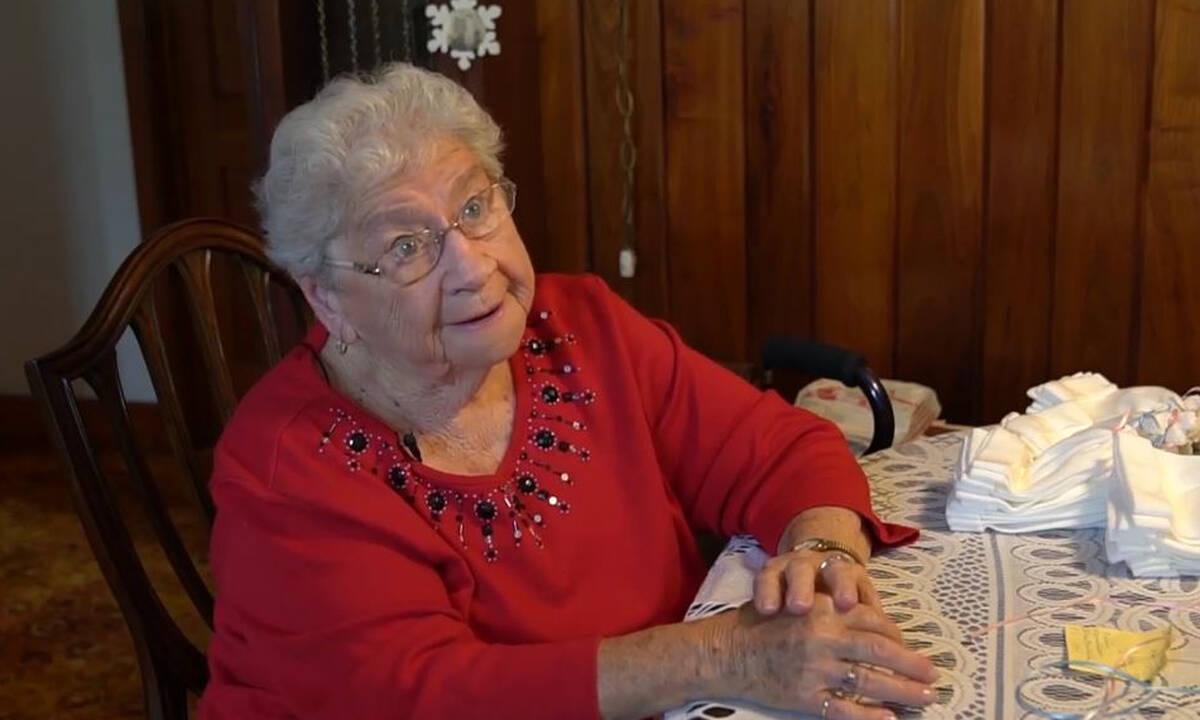 90χρονη έχει πλέξει 11.000 σκουφάκια για νεογέννητα και συνεχίζει (vid)