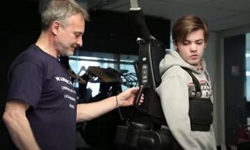 Μπαμπάς έφτιαξε εξωσκελετικό ρομπότ για να βοηθήσει τον γιο του να περπατήσει