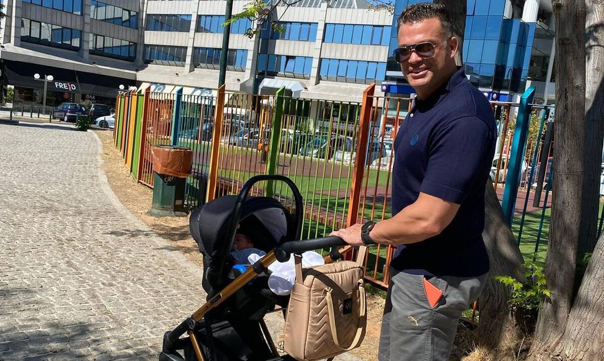 Ο Κώστας Σόμμερ φορά με μάρσιπο τον γιο του (εικόνες)