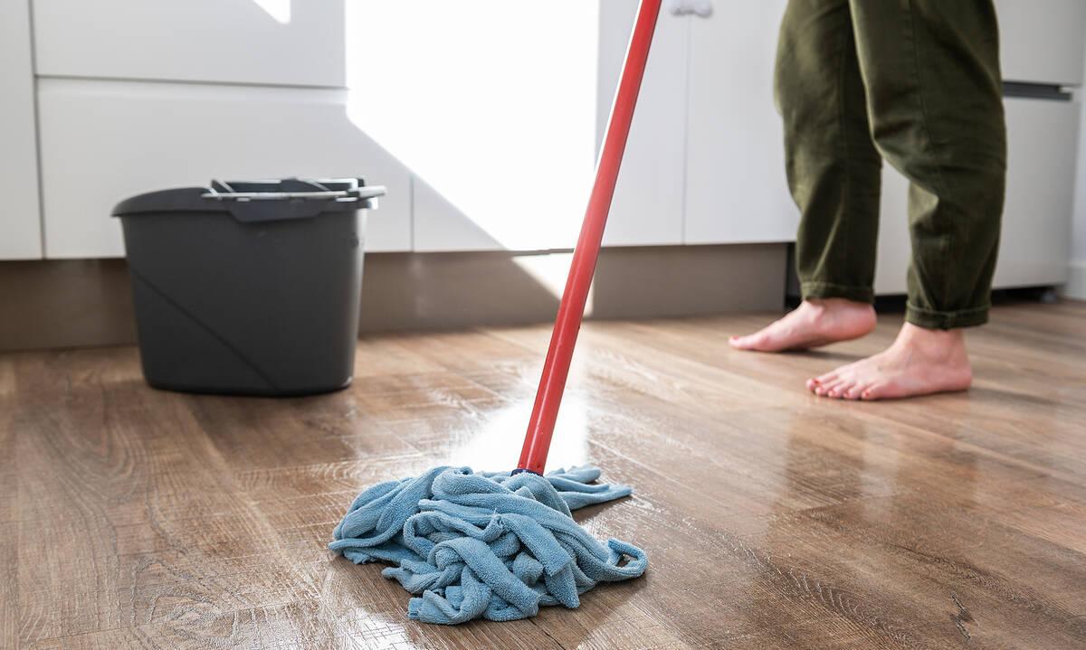 Τips για μαμάδες: Τέσσερα λάθη που κάνετε όταν καθαρίζετε το ξύλινο πάτωμα