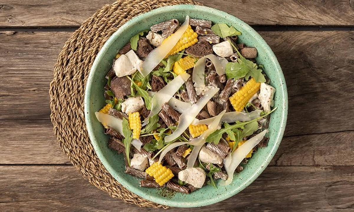 Υγιεινή σαλάτα Caesar με ριγκατόνι χαρουπιού