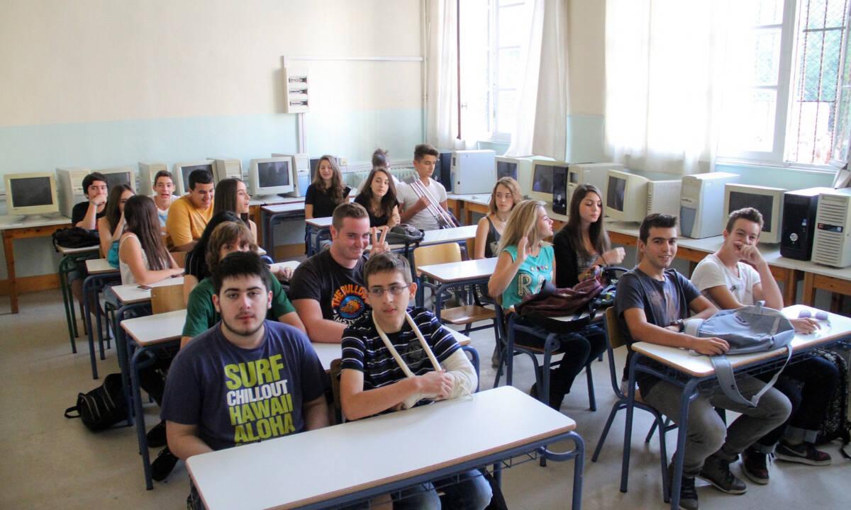 «Πόλεμος» εκπαιδευτικών, μαθητών και γονέων με το υπουργείο Παιδείας για τις συγχωνεύσεις τμημάτων