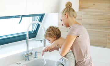 Το λάθος που κάνουν τα παιδιά όταν πλένουν τα χέρια τους